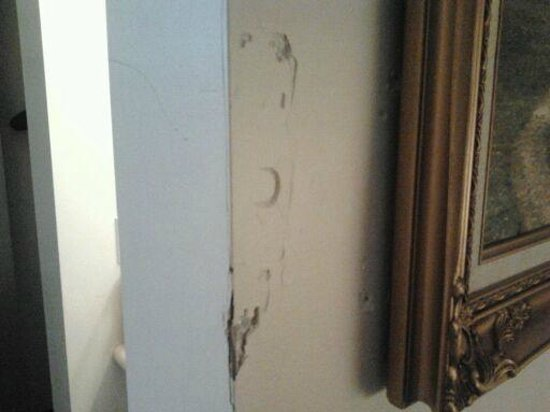 Alpine Inn & Suites : beat up walls
