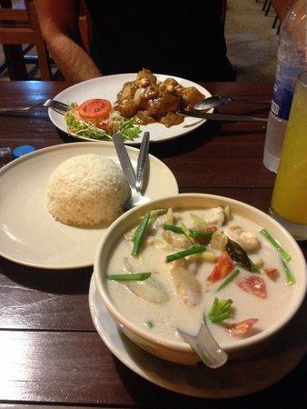 Massaman Restaurant & Bar: En massaman och en tom kha goong!