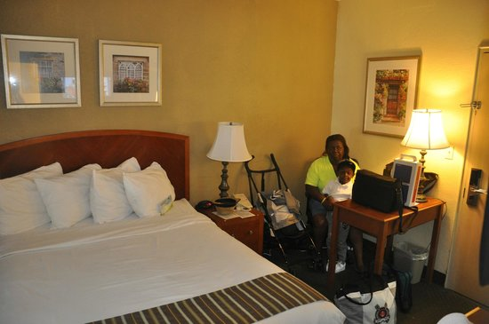 Days Inn Miami Airport North: very cramped room