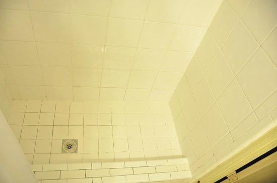 Days Inn Miami Airport North: dirty bathroom