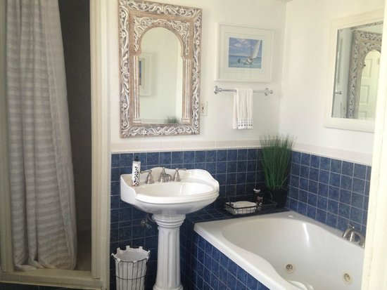 Asbury Park Inn: Ocean Spa Suite bathroom