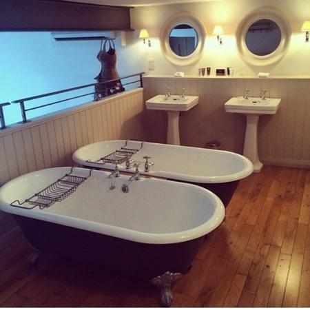 Great John Street Hotel: two baths!