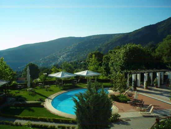 Pelion Resort : Vista da piscina e montanhas da região