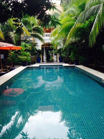 The Pavilion : Stunning pool and pool side dining