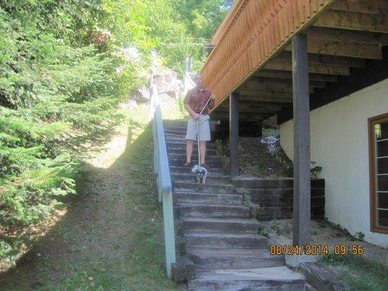 Chalets Lac a la Truite : Descente vers l'entrée du chalet # 88 au 1er étage