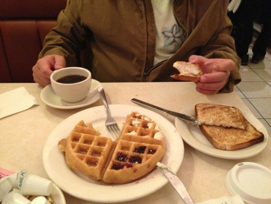 Hotel Edison Times Square: Cafe da manha simple com waffle delicioso