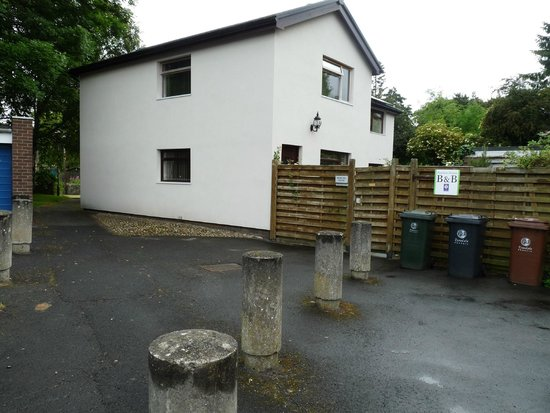 Peartree Bed and Breakfast: Parking area and house