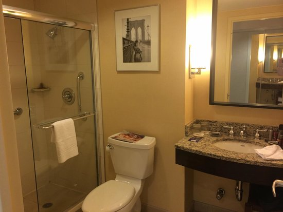 New York Marriott at the Brooklyn Bridge: Bathroom in a 2-room Suite