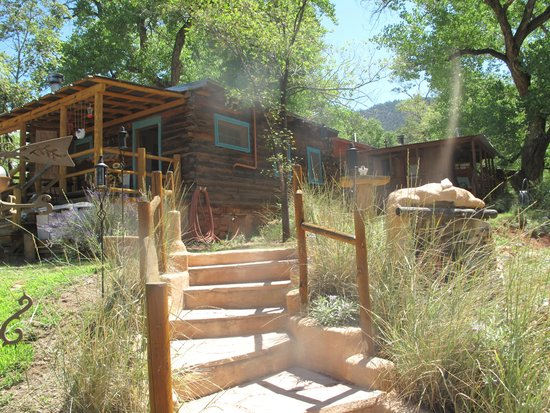 Jemez Hot Springs: Home of The Giggling Springs: Perfectly maintained grounds