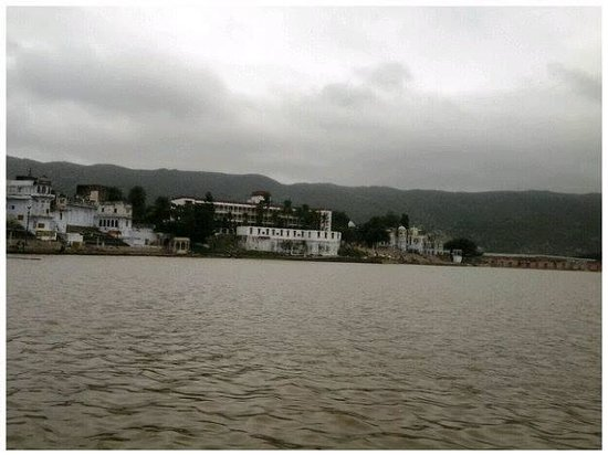 Pushkar Lake Palace: view of the hotel from lake