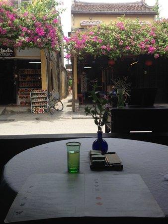 Reaching Out Tea House: 外の風景を眺めながら