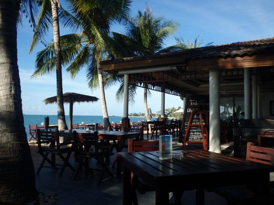 Paradise Beach Resort: The bar and dining area