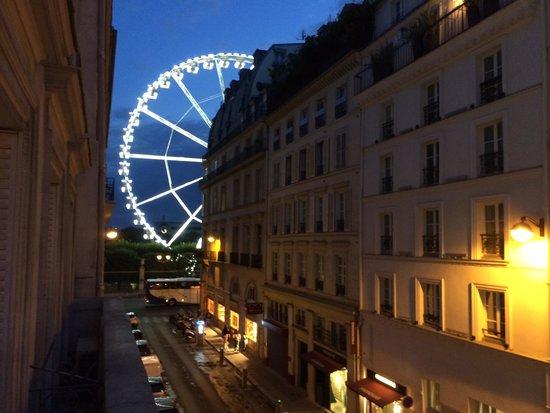 Emeraude Louvre Montana Hotel: Wiew from balcony by night