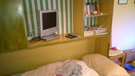 Finca Santa Marta: salon con cama supletoria, el cochon de mi abuela puesto y la tv no se veia. entra todo en el pr