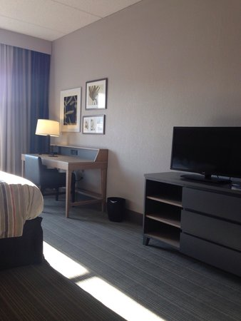 Country Inn & Suites By Carlson, Jackson: TV and desk area
