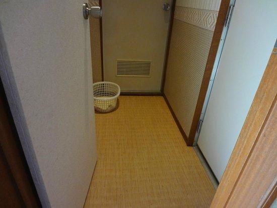 Kosuien: Bathroom Corridor