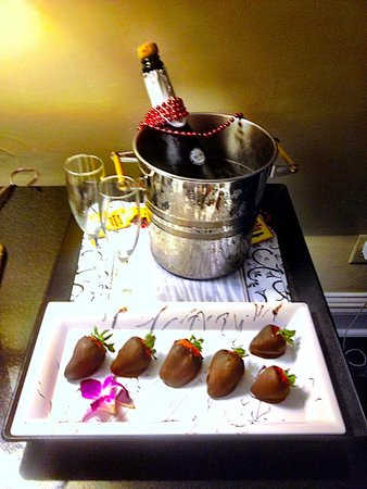 Bourbon Orleans Hotel : Hotel provided chilled champagne and Choco Strawberries!
