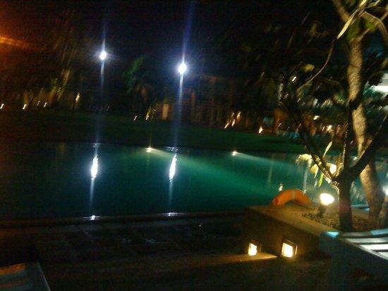 Pegasus Reef Hotel: Pool by Night