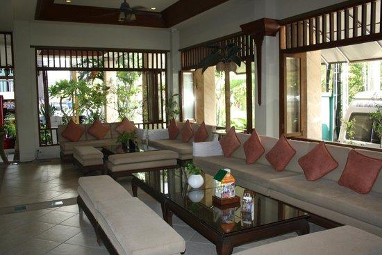 Poppa Palace Hotel Phuket: front loddy