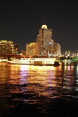 ibis Bangkok Riverside : Flussufer bei Nacht