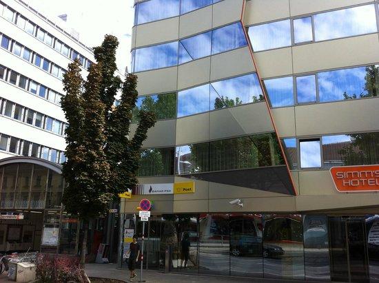 Simm's Hotel: Esterno hotel, poste, metropolitana