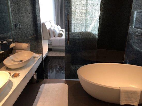 Yas Viceroy Abu Dhabi: Bathroom of Suite