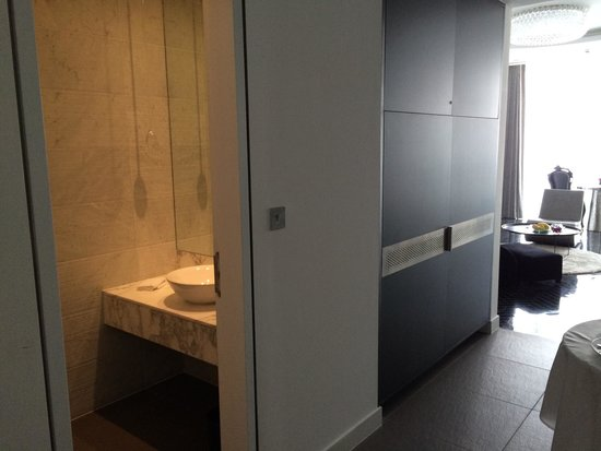 Yas Viceroy Abu Dhabi: Second/guest toilet in Suite