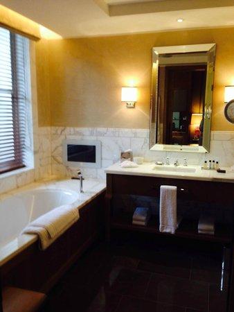 Corinthia Hotel London: Bad Zimmer 337