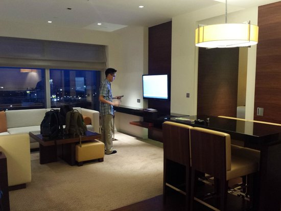 Grand Hyatt Macau: sliding door to seperat living room and bedroom