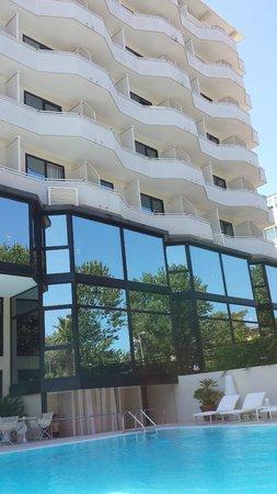 Hotel Sporting Rimini : Piscina y fachada del hotel