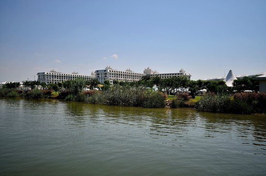 Titanic Deluxe : Вид на отель с реки