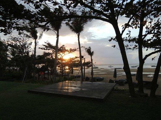 Fairmont Sanur Beach Bali: 朝7時前、ビーチに見える朝日