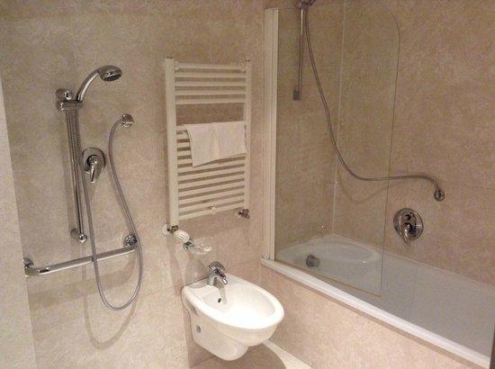Athenaeum Hotel : Bathroom 2