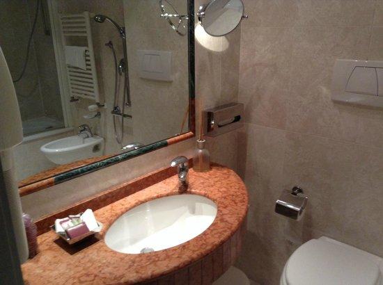 Athenaeum Hotel: Bathroom 1