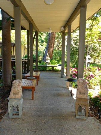 Dinah's Garden Hotel: passage