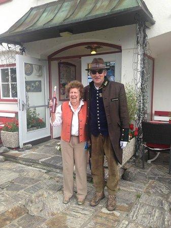 Schlosshotel Seewirt: Almbutler mit Gast