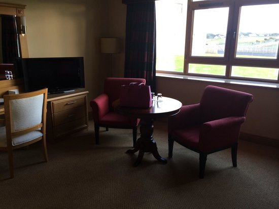 Diamond Coast Hotel: Bedroom - Way too large and not comfortable