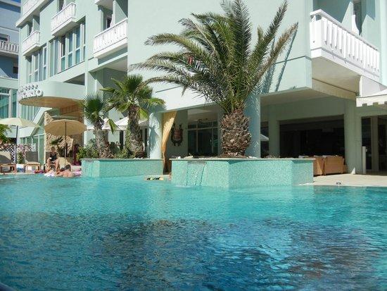 Hotel Montecarlo: L'Hotel visto dalla piscina