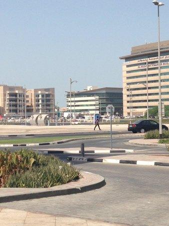 Ramada Jumeirah: Area in front of hotel