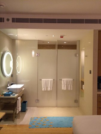 Hotel Indigo Hong Kong Island: Shower and toilet is separated. But the bathroom has no partition. Loved the bathroom amenities