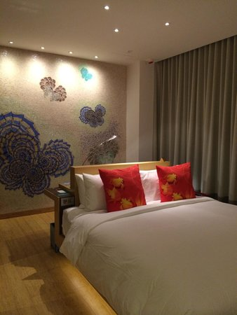 Hotel Indigo Hong Kong Island: Deluxe room - behind the bed is the workdesk