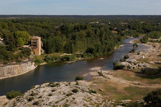Site du pont du Gard - A droite la plage
