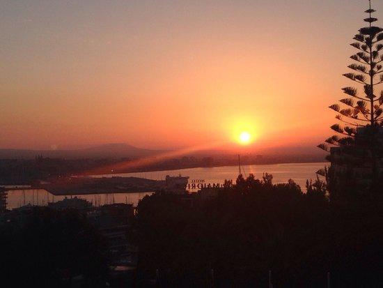 GPRO Valparaiso Palace & SPA: Blick auf den Sonnenaufgang aus dem 2.Stock über die Bucht von Palma