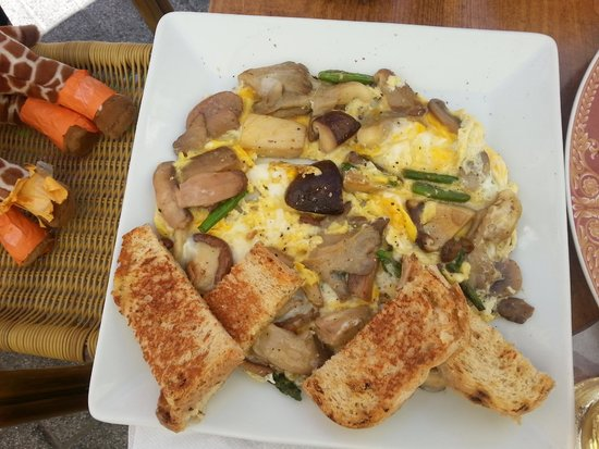 La Bocana del Puerto: Mushrooms, eggs, and asparagus... incredible