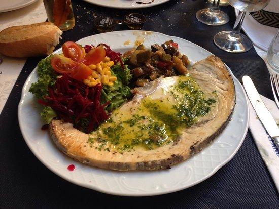 Restaurante Playamaro: Pez espada a la plancha con ensalada. Muy bueno y a barato.