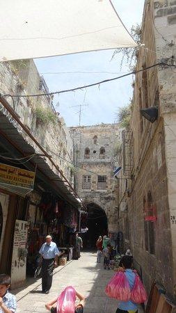 Via Dolorosa (Way of the Cross): нарерно и те библейские времена эти улицы выглядели почти так же