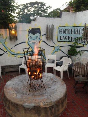 Highfields Backpackers: Fire on the terrace