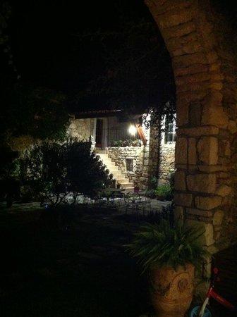 Le Mas de Rabaste : Vue de la table à manger à l'extérieur