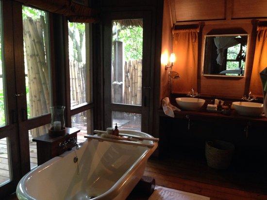 andBeyond Lake Manyara Tree Lodge: Bath and outside shower with plenty of hot water