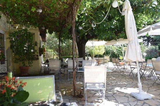 L'Auberge De L'Amandin : outdoor seating